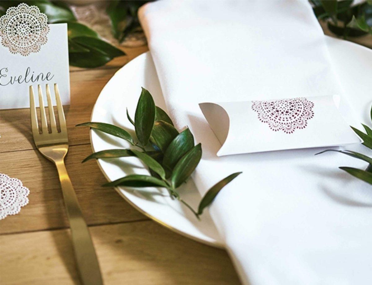 Λευκά χάρτινα κουτάκια με χρυσό διάτρητο σχέδιο δαντέλα (10 τεμ)